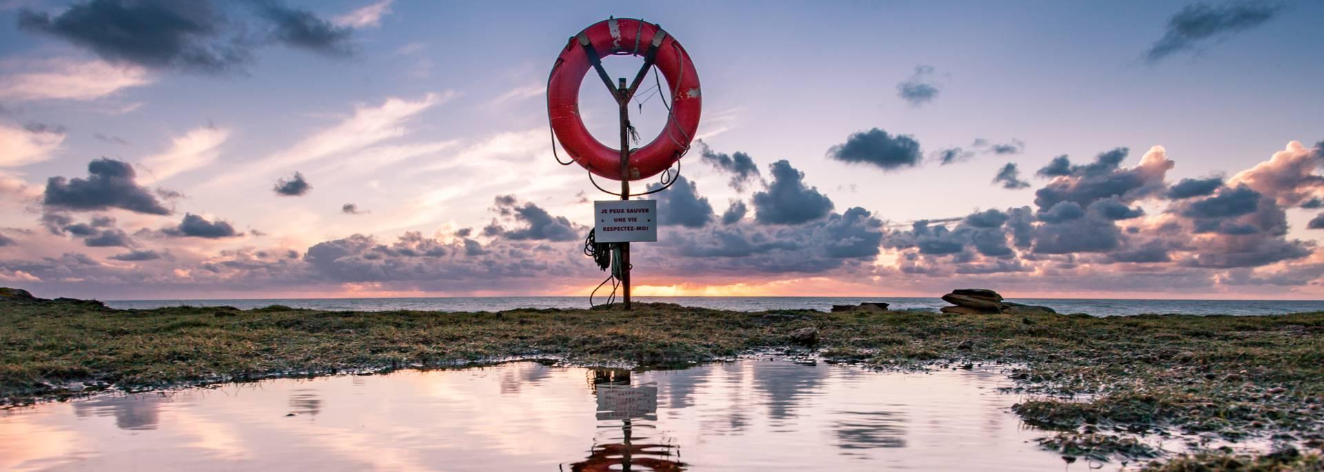 contempler le reflet de l'eau à l'Ile d'Yeu